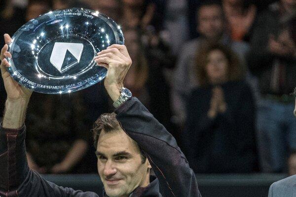 Roger Federer s trofejou pre víťaza turnaja v Rotterdame.