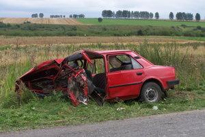 VITANOVÁ, august 2007. Pri nehode dvoch starých škodoviek sa vážne zranili štyria ľudia. Jeden z dôchodcov, ktorí smerovali k lekárovi, cestou do nemocnice v sanitke zomrel.