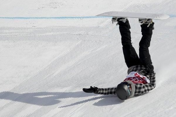 Klaudia Medlová padá po svojom skoku v disciplíne Big Air.
