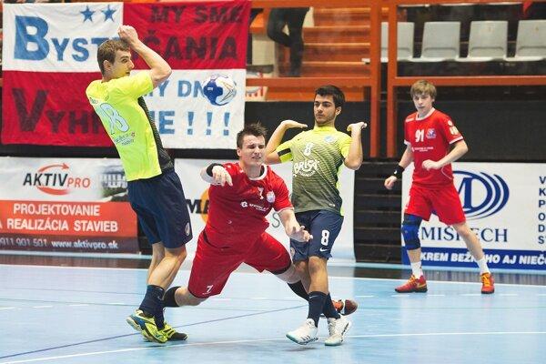Š. Macháč (v červenom) sa prebíja obranou Madeiry