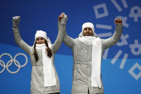 Alexander Krušelnický a Anastasia Bryzgalovová na stupni víťazov.