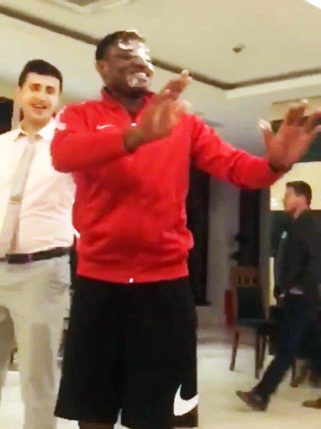 """Narodeniny počas sústredenia oslavovali hneď dvaja hráči ŚKF -Nigérijčan """"Banky"""" (na snímke) a Lukáš Mihálik. Torta do tváre nemohla chýbať."""