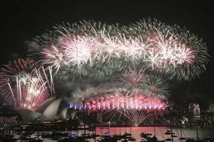 Veľkolepý ohňostroj nad svetoznámou budovou Opery v austrálskom Sydney.