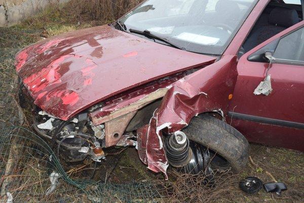 Z auta, ktoré niekoľkokrát narazilo, ostalo len toto.