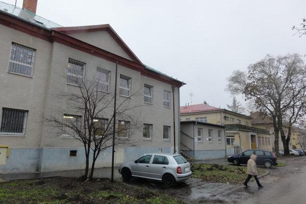 Časť zamestnancov Reedukačného centra a Špeciálnej základnej školy internátnej vo Vrábloch sa búri proti riaditeľke.