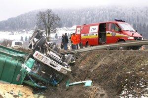 HORNÁ LEHOTA, december 2005. V ostrej ľavotočivej zákrute vyhasol život 43-ročného muža z Novote. Sediac za volantom nákladného kontajnerového vozidla, vezúc kontajner s pilinami, nezvládol riadenie a s vozidlom sa prevrátil do priekopy.