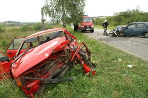 VITANOVÁ, august 2007. Túto škodovku vraj rodina z Vitanovej  využívala zväčša len na návštevu lekára. V miernej ľavotočivej zákrute pred Čimhovou spoza oprotiidúceho traktora so zberačom sena zrazu vybehol Favorit, čelnej zrážke sa už zabrániť nedalo. Po prevoze do nemocnice podľahol ťažkým zraneniam 78-ročný otec rodiny.