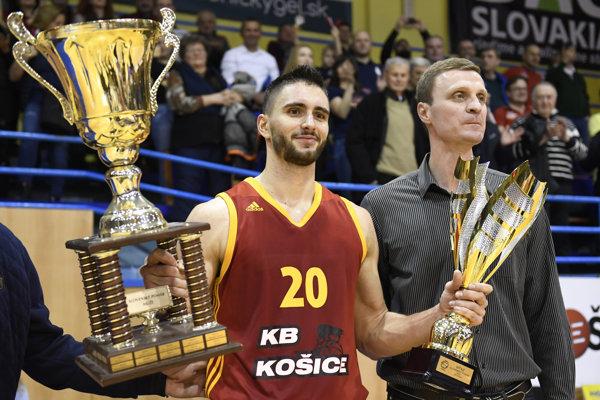 Strofejami po víťaznom finále. Kapitán KB Košice Richard Körner.
