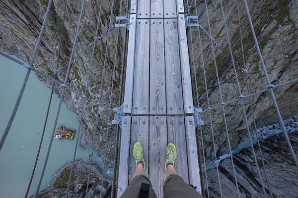 Kráčať po mnohých mostoch si vyžaduje veľkú dávku odvahy. Takýto výhľad dole majú turisti na moste Trift vo Švajčiarsku.