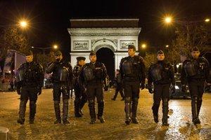 Policajti pochodujú počas silvestrovskej noci na Champs Elysee.