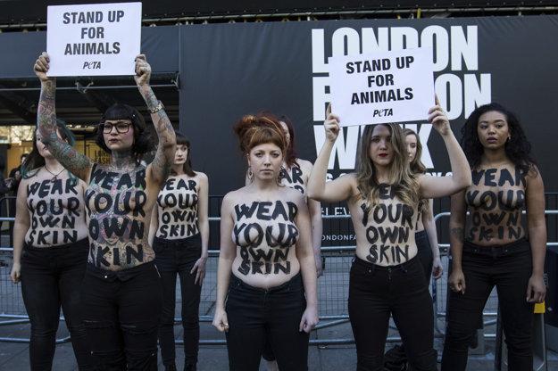 Aktivistky z PETA protestujú počas Týždňa módy.
