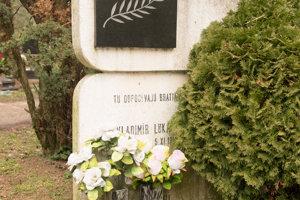 Hrob Vladimíra Lukáča sa uvádza ako prvý hrob na cintoríne Vrakuňa.