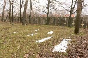 Na niektorých hroboch už len navŕšená zemina naznačuje, kde je hrob.