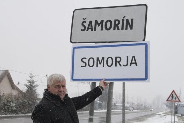 Minister dopravy a výstavby SR Árpád Érsek predstavil vzory nových informačných dvojjazyčných tabúľ určených pre územia s národnostnými menšinami.