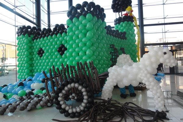 Dioráma z približne 8-tisíc balónov s rôznymi motívmi Dobšinského rozprávok.