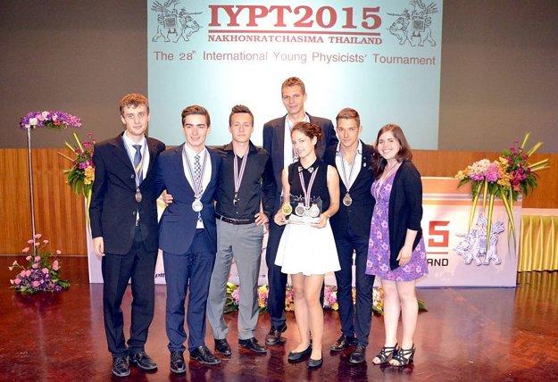 Slovenský tím na súťaži v Thajsku.
