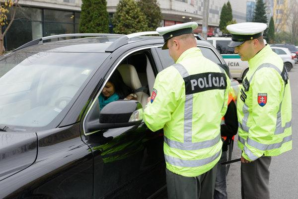 Pokutu môže vodič dostať aj za vztýčený prostredník.