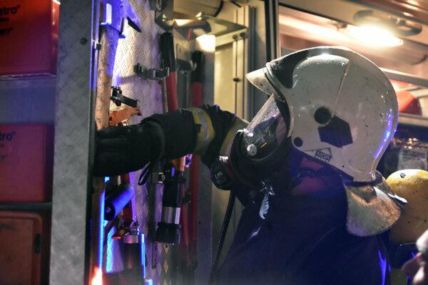 V zadymenom priestore sa hasiči museli pohybovať s dýchacími prístrojmi.