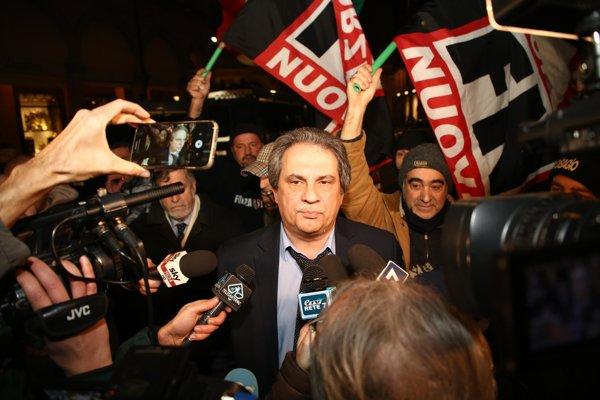 Líder talianskej extrémistickej strany Forza Nuova Roberto Fiore (v strede) medzi svojimi prívržencami.