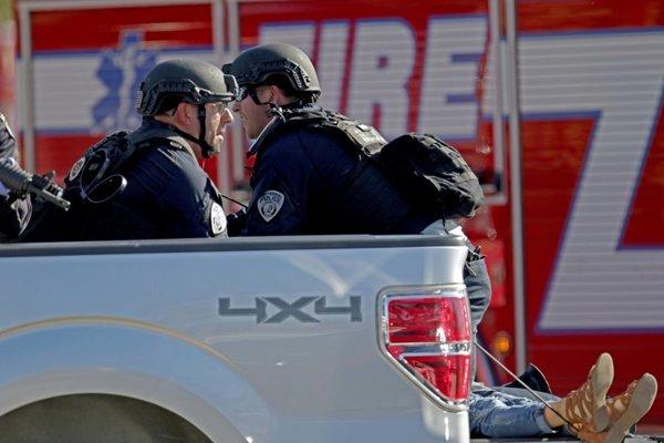 Polícia počas streľby na floridskej škole.