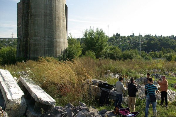 Pred piatimi rokmi zorganizovali mladí ľudia zo združenie PBlog zaujímavé podujatie v areáli bývalých Považských strojární. Bolo spomienkou na ich históriu. Takto prišli mladí umelci zahrať smutnému komínu, ktorý si nepobafkal.