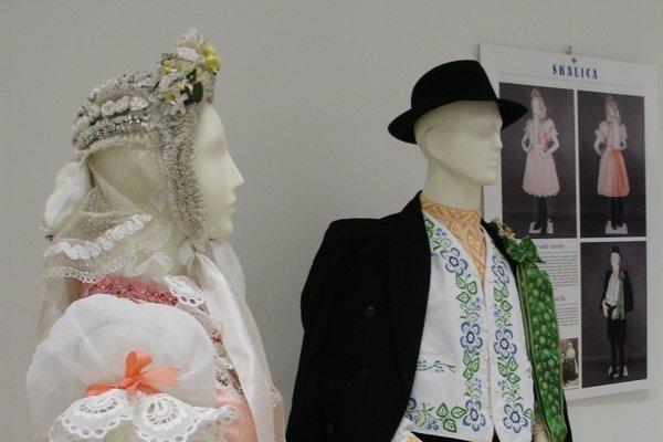 Obradový odev nevesty a ženícha zo Skalice.