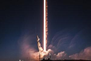 Falcon 9, ktorý vyniesol do vesmíru aj satelity Starlink, po štarte.