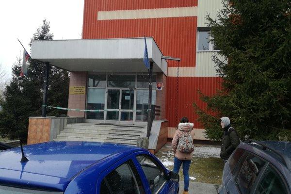 Opáskovaná budova RÚVZ Košice.