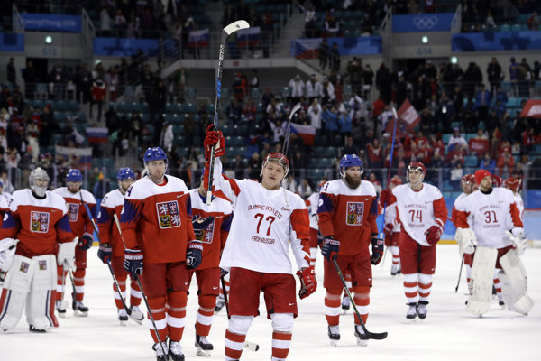 Ruskí hokejisti sa radujú z víťazstva, Česi smútia.