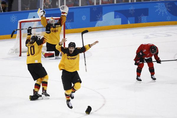 Nemeckí hokejisti sa radujú z víťazstva.