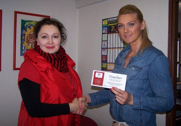 Poukaz Andrei Bracke odovzdáva redaktorka MY Turčianske noviny Andrea Dudráková.