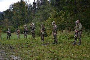 Slovenskí branci počas tréningu.