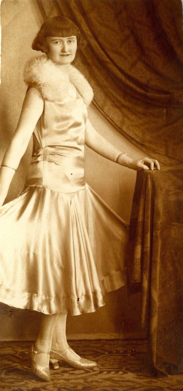 Mici Pokorná, r. Baloghová, manželka riaditeľa mestskej elektrárne v plesovej róbe. Rok 1930.