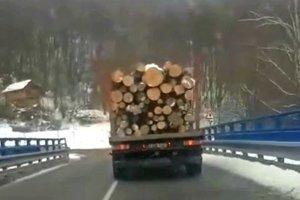 Kamión s drevom. Lesníci cez most môžu, dostali výnimku.