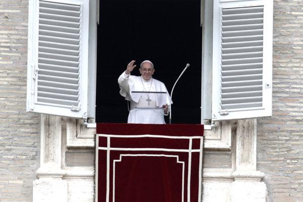 Pápež František vyzval tisíce ľudí na modlitbu.