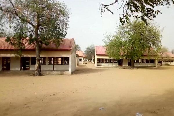 Počas útoku na internátnu školu sa mnoho učiteľov a žiačok snažilo zachrániť útekom.