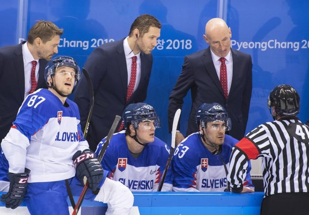Matej Paulovič (na snímke sedí v strede) je rodák z Topoľčian. Jeho otec je hokejový tréner.