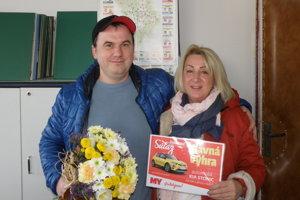 Manželia Hanuliakovci sa tešia z auta na celý rok s plnou nádržou.