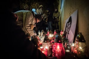 Občania zapaľujú sviečky na pamiatku zavraždeného novinára Jána Kuciaka a jeho partnerky Martiny Kušnírovej na N8mestí SNP v Bratislave.