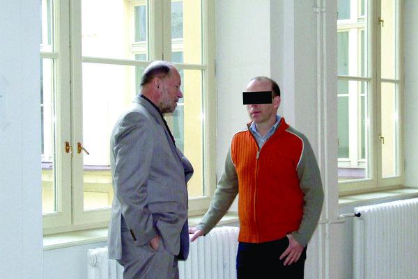 Zoltána P. uznal súd vinným z podvodu. Na fotke s obhajcom.