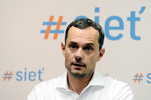 Predseda strany Sieť Radoslav Procházka.