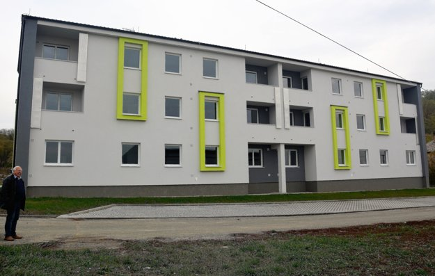 Obec má vlastnú bytovku s osemnástimi nájomnými bytmi. Všetky sú už odovzdané. Bude sa však budovať ďalej.