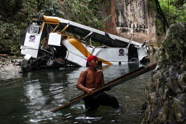 Autobus spadol do hlbokej rokliny.