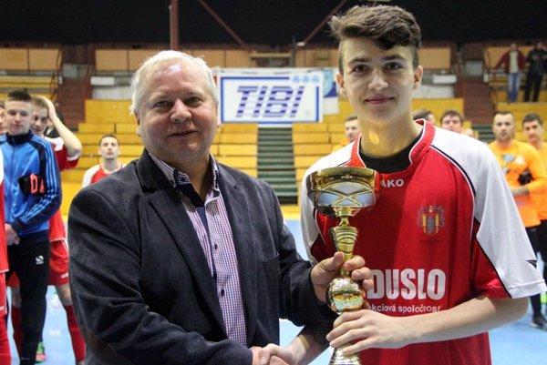 Tibor Rábek, majiteľ firmy TIBI, odovzdal víťazný pohár Miroslavovi Kudrymu, členovi víťazného tímu dorastencov Šale.