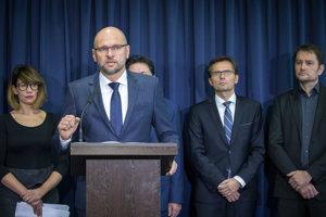 Zľava: Členka strany SaS Lucia Ďuriš Nicholsonová, prededa strany SaS Richard Sulík, podpredseda strany SaS Ľubomír Galko a líder hnutia OĽaNO Igor Matovič.
