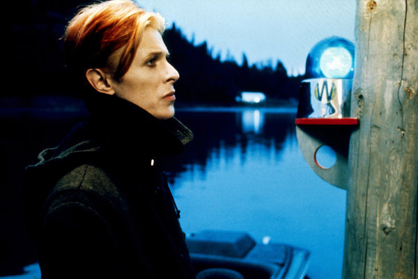 Davod Bowie ako Thomas Jerome Newton vo filme Muž, ktorý spadol na Zem.