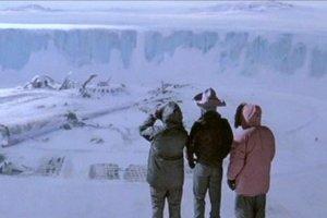 Záber z filmu Vec z roku 1982. Vedci na Antarktíde si z jeho pozerania urobili tradíciu.