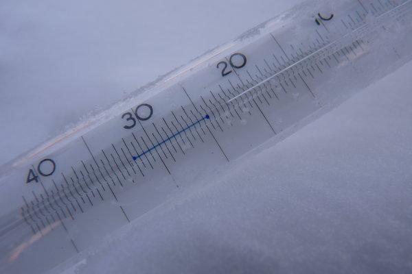 Prízemný teplomer v Gánovciach pri Poprade počas štvrtkového rána, ktorý nameral mínus 24,9 stupňa Celzia.