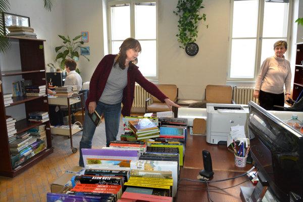 Tu knihy odchádzajú aj prichádzajú. Eva Chmelárová s kolegyňami knihy pripravuje na vypožičanie a tiež vyraďujú tie, ktoré nezodpovedajú hygienickým alebo vizuálnym štandardom.