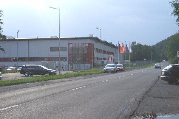 Chodník vedúci k firmám sídliacim v Žarnovici doteraz chýbal. Mesto to chce tento rok zmeniť.